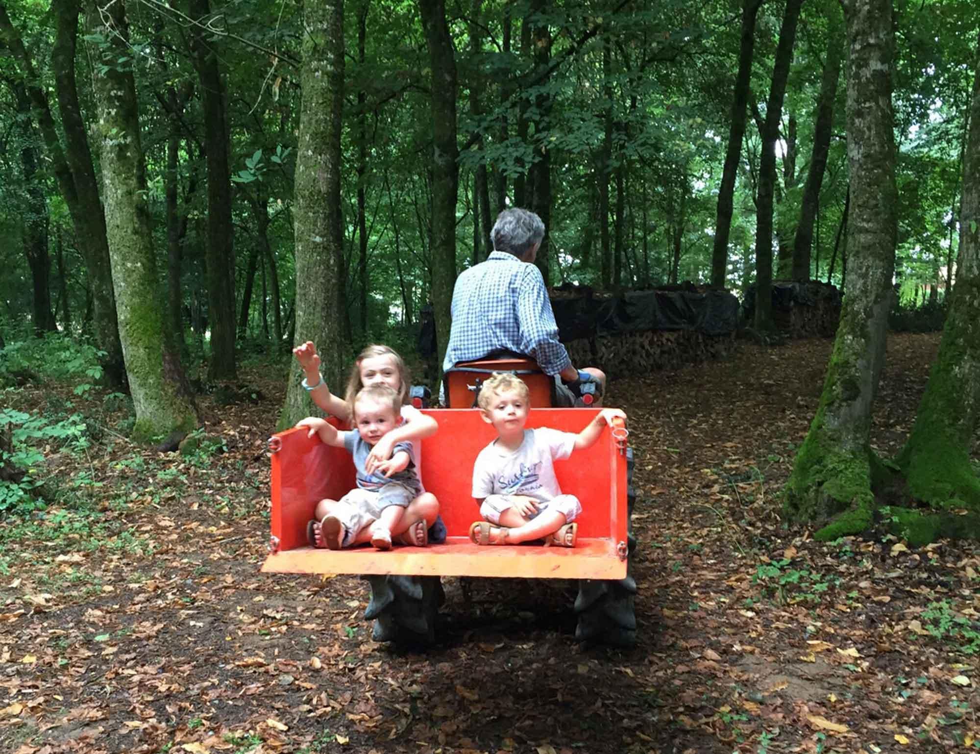 Photo d'enfants sur un tracteur